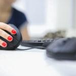 Met rechte polsen typen op een ergonomisch toetsenbord